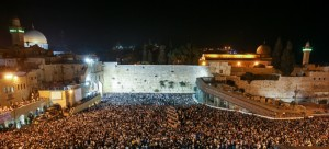 Tens of thousands of Jewish people gather for a mass prayer for forgivness (slichot) at Western Wall in Jerusalem's old city, at night before Yom Kippur, September 24, 2012. Jewish Day of Atonement, the holiest day in the Jewish calendar, is a 25-hour period of fasting and intense reflection and prayers where the central theme is atonement that begins on Friday after sunset. Photo by Oren Nahshon / FLASH90 *** Local Caption *** ëåúì úôéìä äîåï òùåú éåí ëéôåø äëðåú öéìåí àåøï ðçùåï